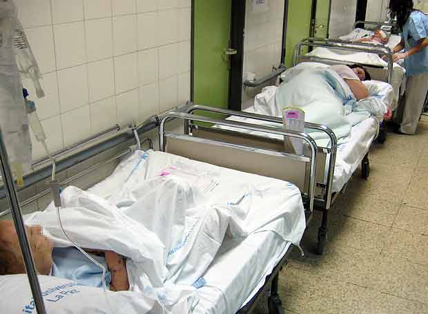 50 pacientes en camas y sillones saturan los pasillos del hospital La ...